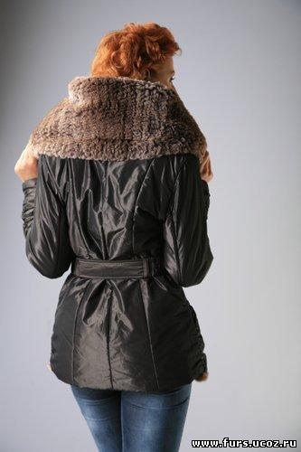 описание вязаная куртка с мехом с капюшоном.